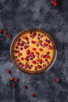 Zoete smakelijke taart met gelei en vers frambozenfruit in ovenschaal