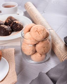 Zoete snacks, chocolade en thee op de tafel