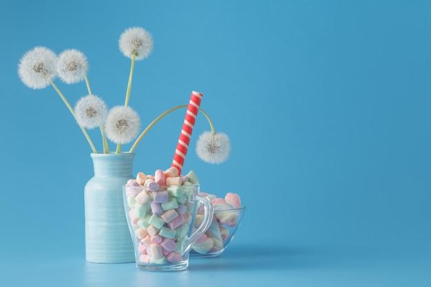 Zoete snoepjes op blauwe kleurentabel
