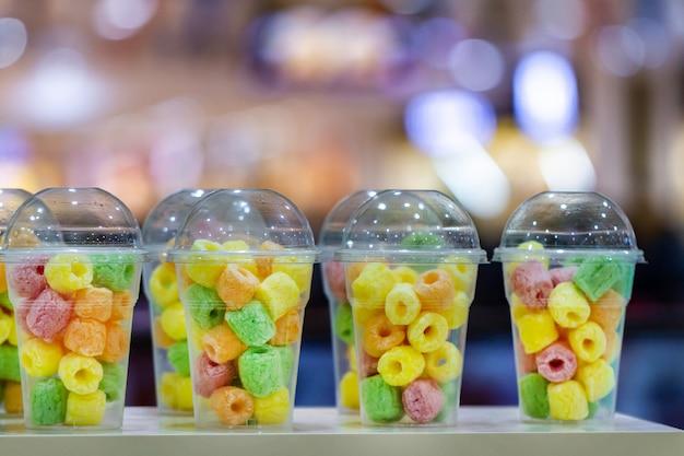 Zoete taaie snoepjes en marmelades in een glas bij bar