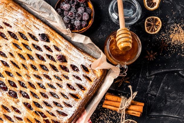 Zoete taart met bessen en poedersuiker