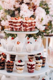 Zoete tafel op de bruiloft. tafel met taarten en snoep op het festival.