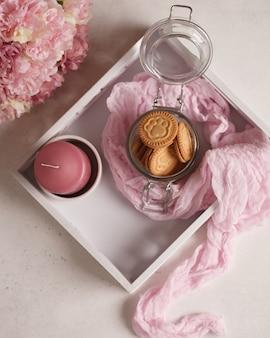Zoete thee en koffie. koekjes, pretzels, crackers, bagels. zoete geneugten voor thee Premium Foto