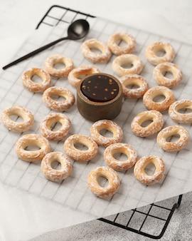 Zoete thee en koffie. koekjes, pretzels, crackers. zoete geneugten voor thee