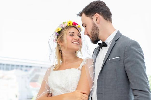 Zoete tijd. bruid en bruidegom paar kaukasische knuffel in trouwstudio.