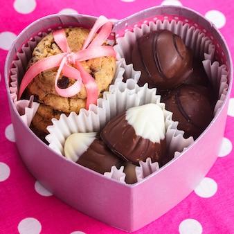 Zoete valentijnsdoos met snoep en koekjes