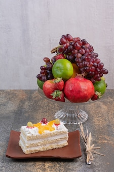 Zoete verschillende vruchten op glasplaat met fluitje van een cent op donkere plaat