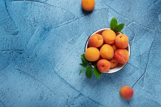 Zoete verse abrikozen in de witte kom