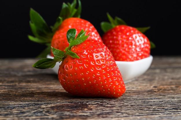 Zoete verse rode aardbeien op aanrecht in de keuken, platteland, close-up