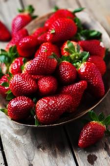 Zoete verse stawberry op de houten tafel