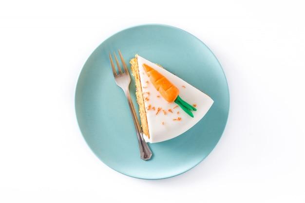 Zoete wortel cake segment geïsoleerde bovenaanzicht