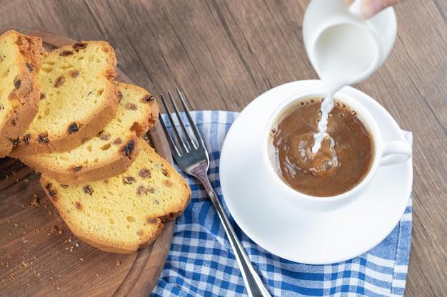 Zoete zachte taart geserveerd met een kopje koffie.