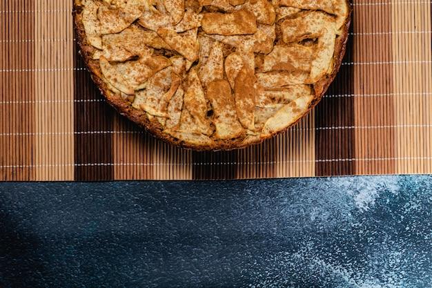 Zoete zelfgemaakte appeltaart met kaneel. kopieer ruimte
