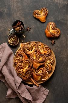 Zoete zelfgemaakte kaneelbroodjes in de vorm van een hart op een oude retrostijl. nieuwjaarsstemming.