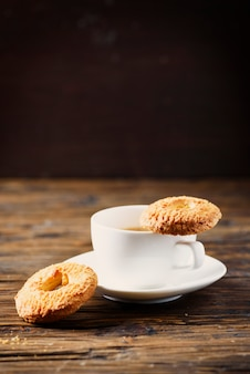 Zoete zelfgemaakte koekjes en kopje koffie, selectieve aandacht en copyspace