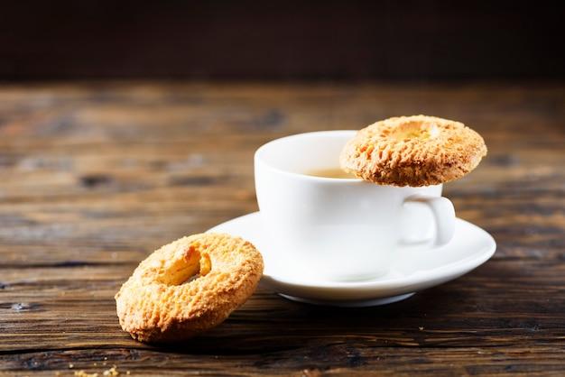 Zoete zelfgemaakte koekjes en kopje koffie