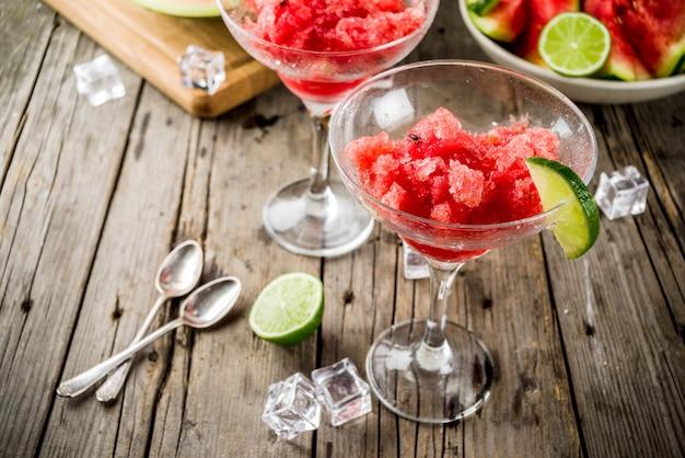 Zoete zomer watermeloen en limoen granita met gesneden watermeloen en munt