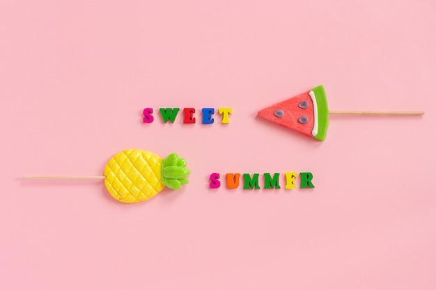 Zoete zomertekst, ananas en watermeloenlolly's.