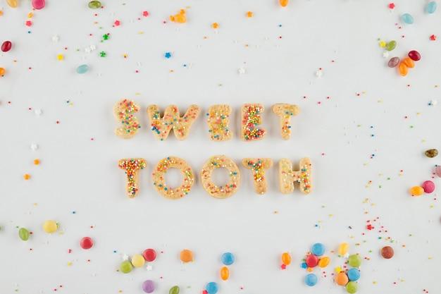 Zoetekauwwoorden gemaakt van heerlijke zelfgemaakte koekjes bedekt met hagelslag, van bovenaf bekijken