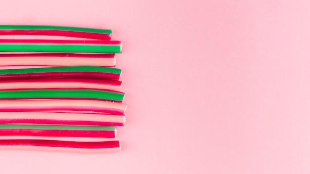 Zoethoutsuikergoed op roze achtergrond