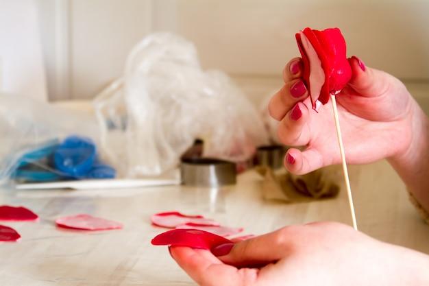Zoetwaren decoratie. baker maakt bruilofts- of verjaardagsdecoraties en beeldjes van marsepein
