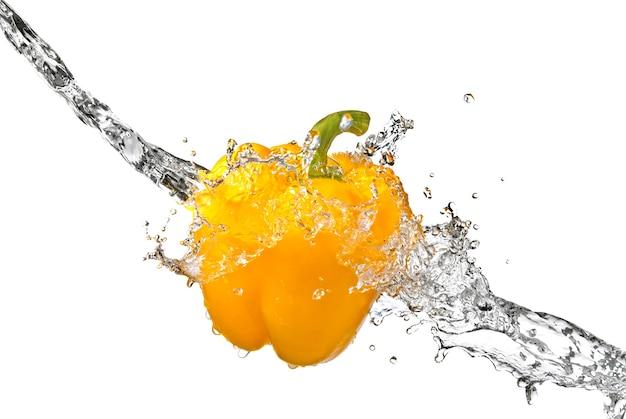 Zoetwaterplons op gele die paprika op wit wordt geïsoleerd