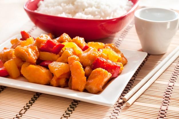 Zoetzure kip met paprika en ananas.