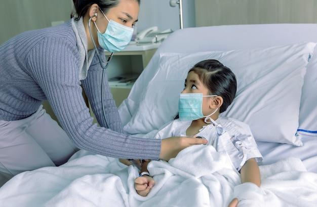 Zogend kind in grieppandemie pandemische corona-virussituatie