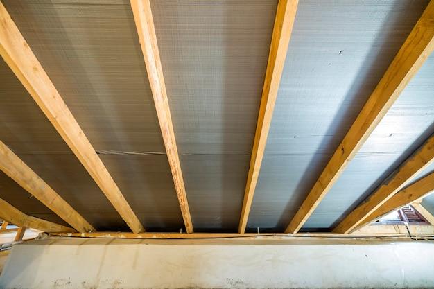 Zolder van het bouwen met houten balken van dakstructuur.