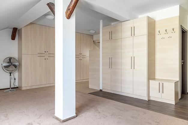Zolderappartement met meubels in een modern gebouw