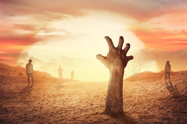 Zombie hand stijgt op uit het graf