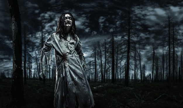 Zombie in het dode bos.