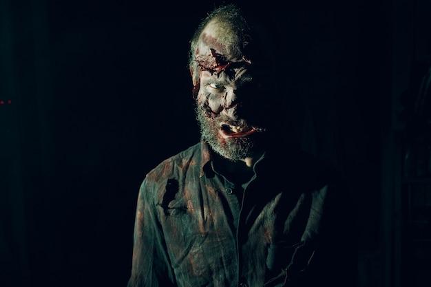 Zombie mannelijke make-up voor halloween concept. make-up huid bloed gezicht