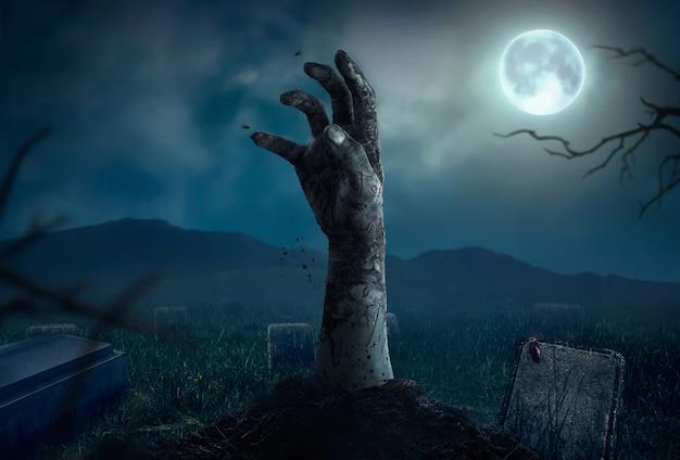 Zombiehanden die in donkere halloween-nacht toenemen.
