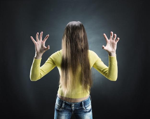 Zombiemeisje met lang haar in haar gezicht