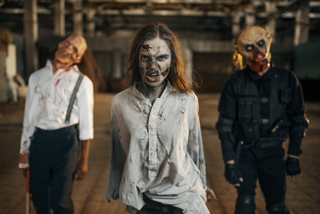 Zombies op zoek naar vers vlees, verlaten fabriek