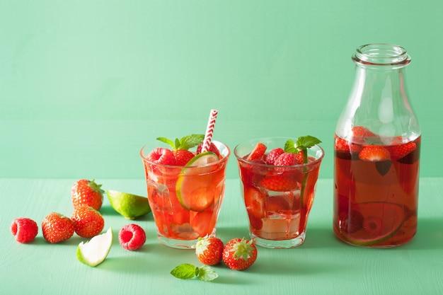 Zomer aardbei frambozen drankje met limoen en munt