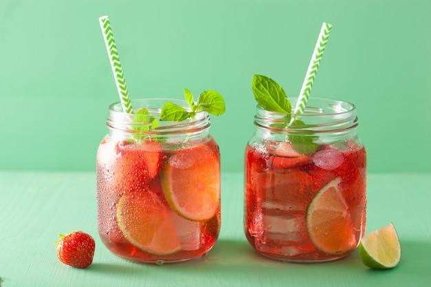 Zomer aardbeien drankje met limoen en munt in potten