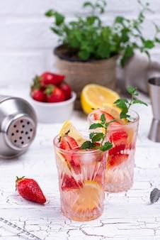 Zomer aardbeien limonade met citroen