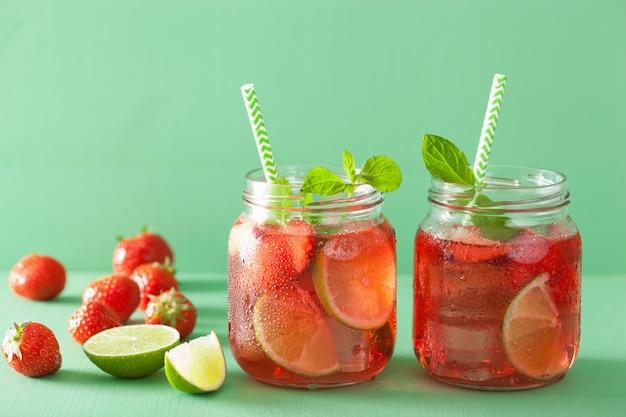 Zomer aardbeien limonade met limoen en munt in potten