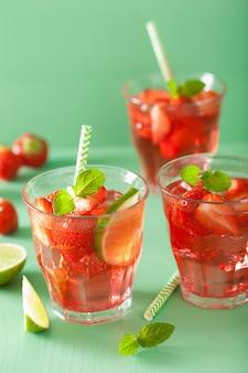 Zomer aardbeien limonade met limoen en munt