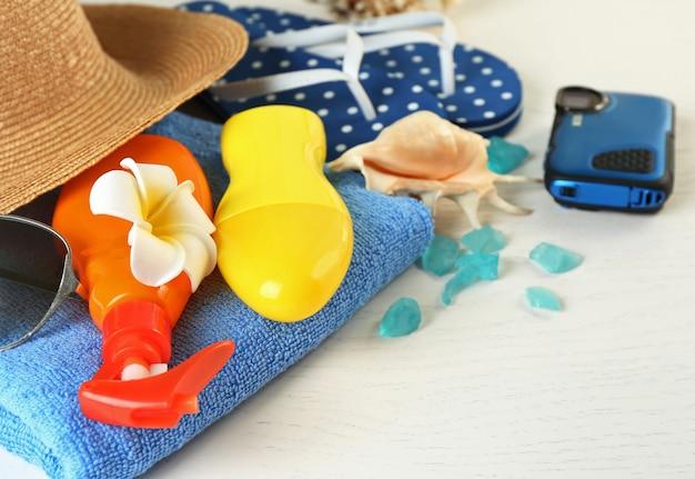 Zomer accessoires op houten tafel, close-up