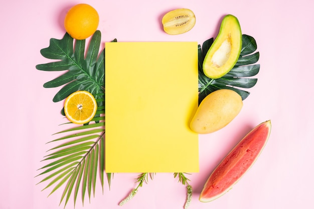Zomer achtergrond met blanco geel papier