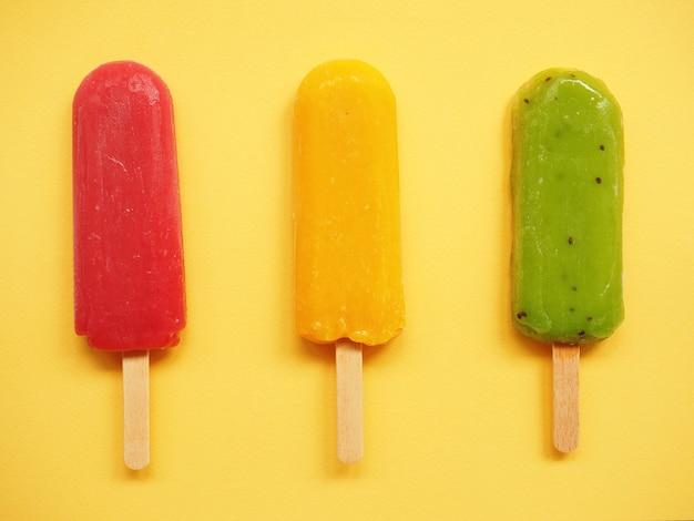 Zomer achtergrond met groen geel en rood fruit ijs kiwi citroen sinaasappel aardbei framboos