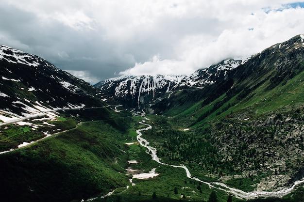 Zomer alpen landschap in zwitserland. in het midden van de bergen van de zwitserse alpen
