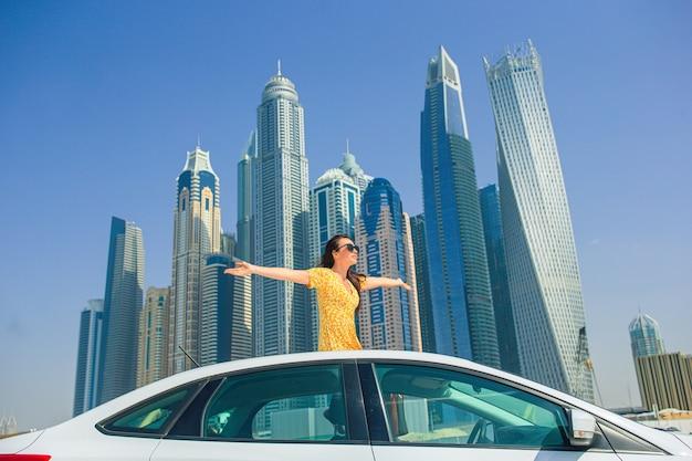 Zomer autoreis en jonge vrouw op vakantie