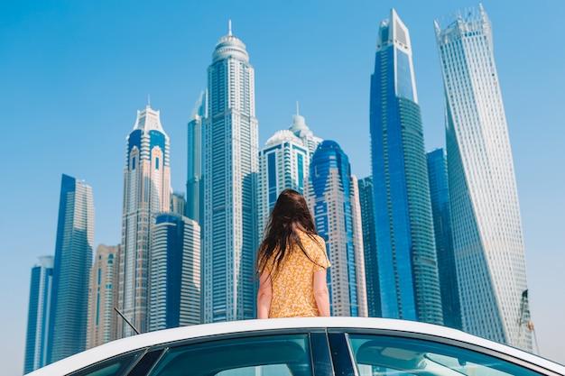 Zomer autorit en jonge vrouw op vakantie