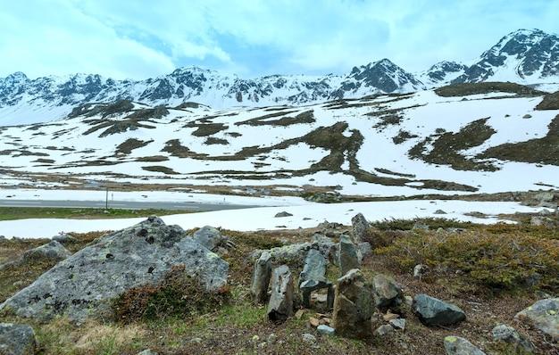 Zomer berglandschap met weg (fluela pass, zwitserland)