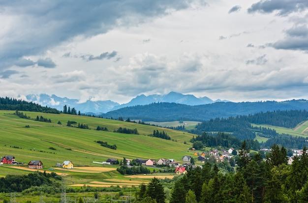 Zomer bewolkt land en uitzicht op de tatra-bergen vanuit het dorp czorsztyn