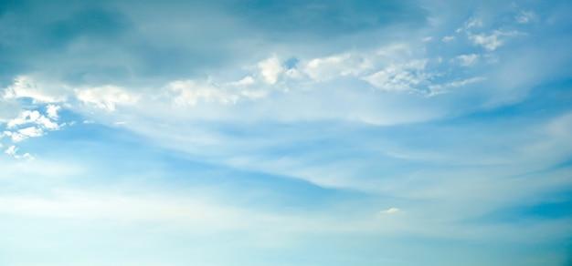 Zomer blauwe lucht en witte wolk witte achtergrond mooi helder bewolkt in zonlicht kalm seizoen